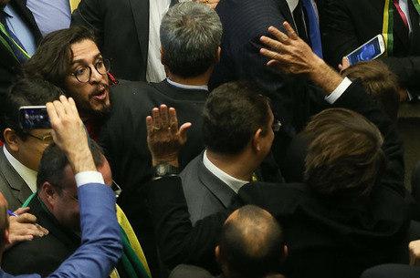 Jean Wyllys cuspiu em Jair Bolsonaro na votação do impeachment da presidente Dilma Rousseff