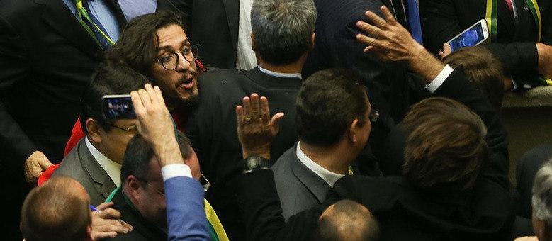 Jean Wyllys cospe em Jair Bolsonaro durante votação na Cãmara dos Deputados