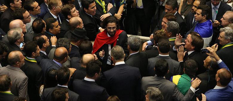 À direita, Bolsonaro grita durante voto do deputado Jean Wyllys (PSOL-RJ)