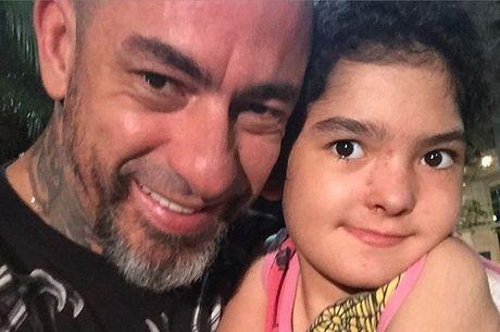Jurado do MasterChef Brasil posou ao lado da filha de nove anos