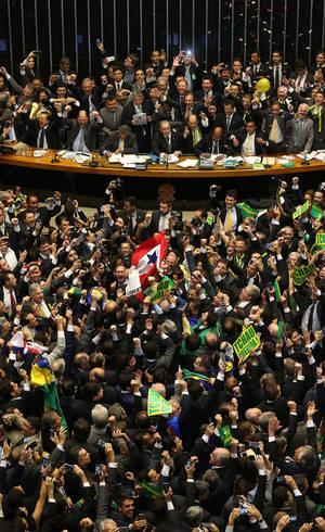 Deputados pró-impeachment comemoram aprovação do pedido de impedimento