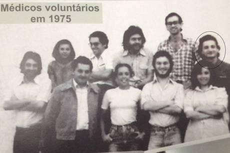 Natalini em foto com outros médicos voluntários em 1975