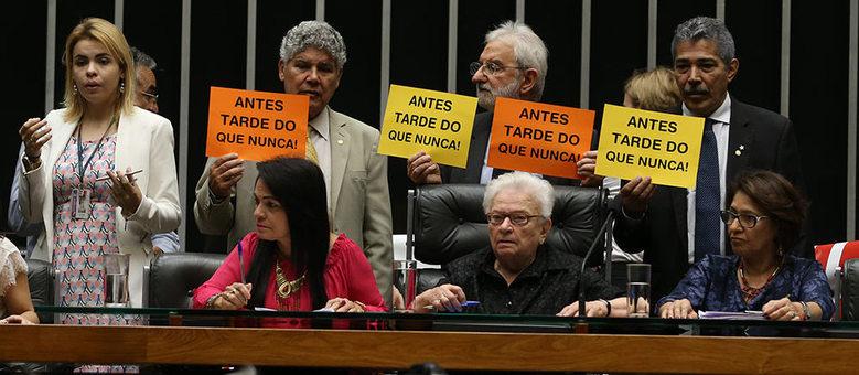 Deputados aproveitaram encerramento de sessão para ocupar a Mesa Diretora e realizar os debates