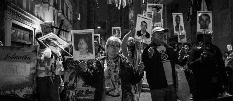 Vera Lúcia Freitas e o marido, João Correia de Freitas, manifestam em busca de justiça