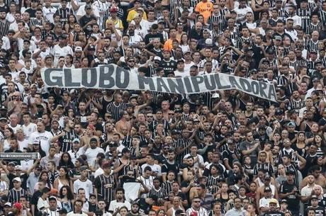 Torcida do Corinthians protesta contra a Rede Globo
