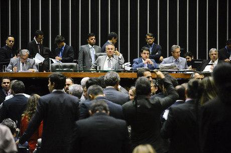 Nova meta fiscal foi aprovada na madrugada desta quarta-feira (25)