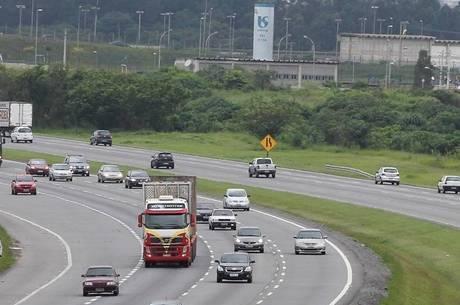 Veículos devem voltar a trafegar com farol aceso sob pena de multa