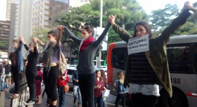Manifestantes protestam contra crime de estupro em São Paulo
