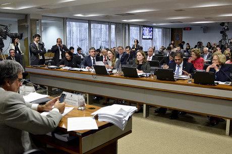 Comissão do Impeachment recebeu perícia nesta segunda-feira que aponta irregularidades em decretos e pedaladas