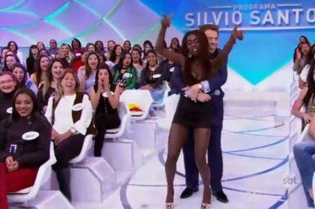 Silvio Santos agarrou Karen durante o programa