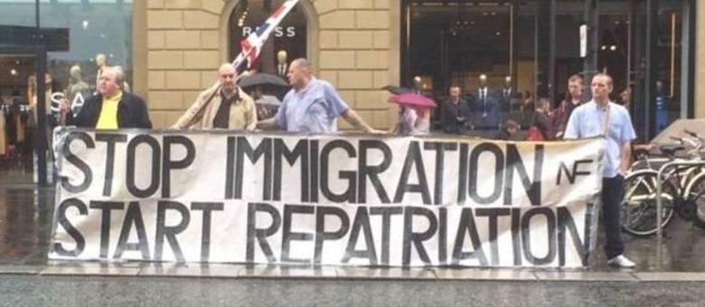 """""""Pare a imigração e comece a repatriação"""", diz cartaz de manifestantes"""