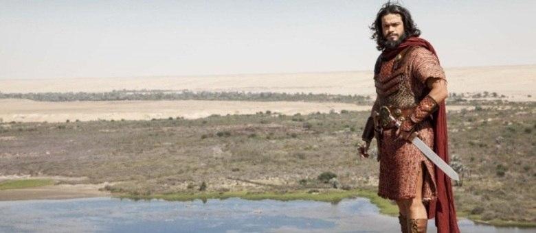 Após a morte de Moisés, Josué (Sidney Sampaio) é o novo líder dos hebreus