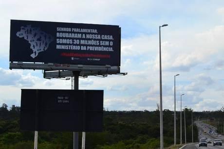 Outdoor em Brasília pede a volta do Ministério da Previdência