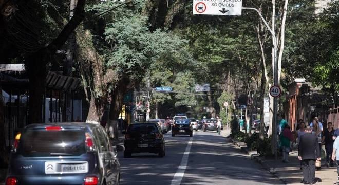 Faixa exclusiva à direita para ônibus na alameda Santos nesta segunda- feira (4)