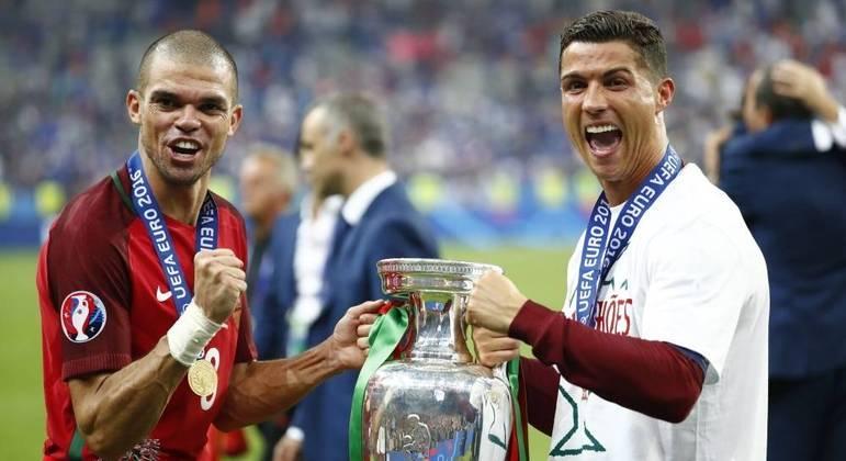 Pepe foi campeão da Eurocopa de 2016 ao lado de Cristiano Ronaldo