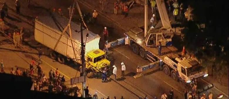 Caminhão foi retirado por volta das 19h. Avenida Martin Luther King permanecia fechada às 19h15