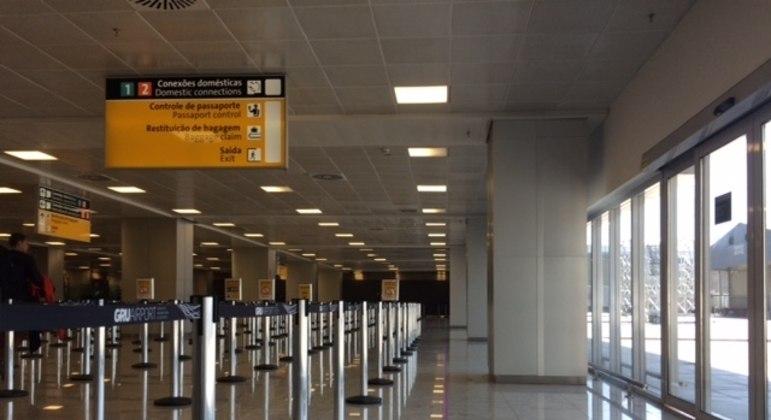 Dupla que transportava 78 porções de cocaína foi presa no aeroporto internacional de Guarulhos (SP)