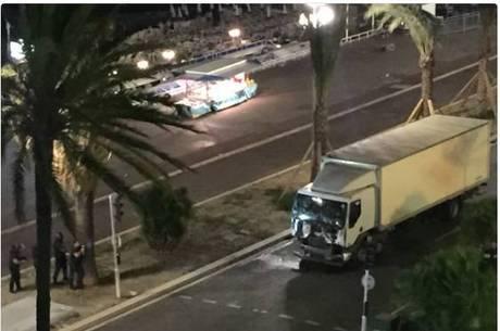 Caminhão avançou sobre a multidão que estava no calçadão à beira-mar Promenade des Anglais