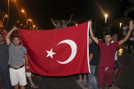 Apoiadores do governo turco saíram às ruas para comemorar o fracasso do golpe
