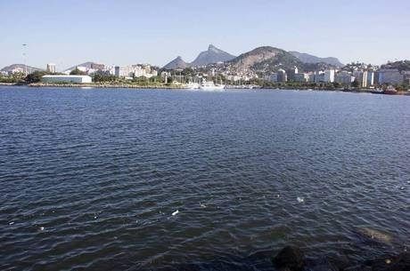 Lixo na superfície da baía próximo à Marina da Glória