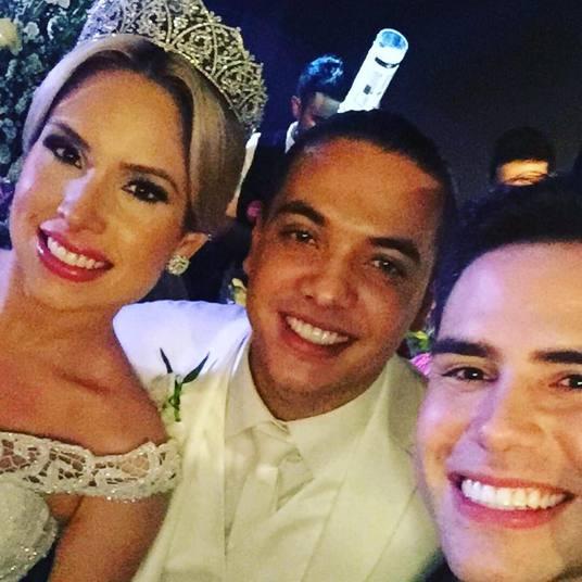 O apresentador Luiz Bacci foi um dos convidados e publicou uma selfie com os noivos nas redes sociais.— Toda felicidade do Mundo para os noivos Wesley e Thyane