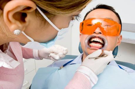 Apesar do aumento da procura pelas lentes de contato dentais, o clareamento continua sendo o procedimento estético mais procurado pelos brasileiros