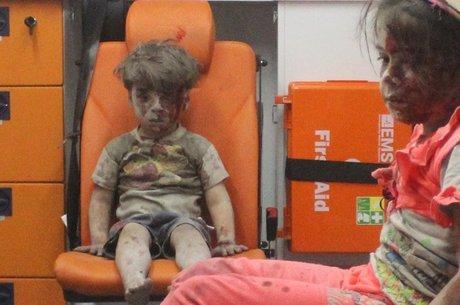 Omran Daqneesh com sua irmã em ambulância; imagens simbolizam sofrimento humano na Síria após 5 anos de guerra civil
