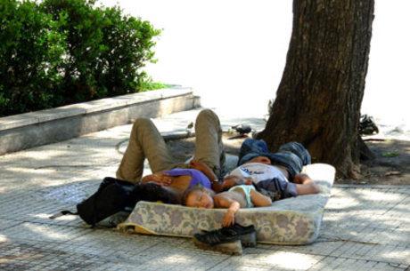 Moradores de rua dormem em uma calçada de Buenos Aires