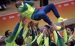 A última grande alegria da torcida brasileira aconteceu no último dia das Olimpíadas. Após um início ruim, a seleção de Bernardinho se reinventou na competição e conquistou o tricampeonato olímpico no vôlei de maneira incontestável. O jogo marcou a despedida do líbero Serginho