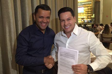 Carlos Alves, diretor executivo da Record DF, de camisa azul, cumprimentando Marcão