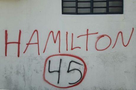 Casas e comércios foram pichados com o nome do candidato, mas com o número errado, como uma forma de protesto