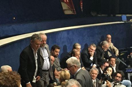 Chico Buarque rouba a cena e é tietado por senadores na sessão