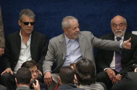Chico Buarque chegou de óculos escuros à galeria do Congresso