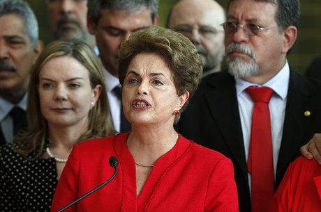 Dilma não receberá mais salário como ex-presidente, mas tem direito a oito servidores —  dois assessores, quatro seguranças e dois motoristas