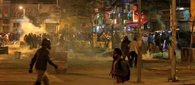 Manifestantes fogem da ação da Tropa de Choque por ruas próximas ao Largo da Batata