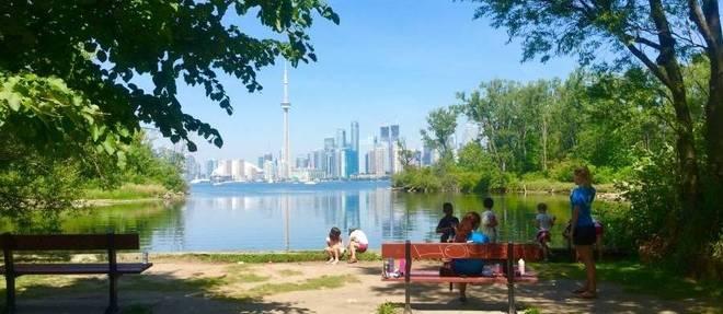 Famoso skyline de Toronto fica ainda mais lindo quando visto da Toronto Island, a 10 minutos do continente