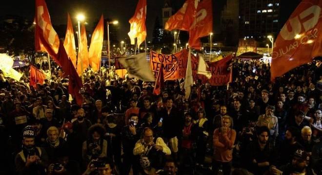 Manifestantes ligados à movimentos sociais e partidos políticos de esquerda participam de ato contra o presidente Michel Temer e por Diretas Já, no Largo da Batata, região oeste da capital