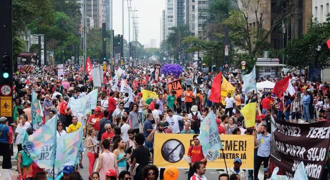 Manifestantes fazem ato contra governo do presidente Michel Temer na Avenida Paulista