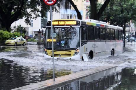 Ruas da região da Lapa ficaram alagadas após chuva forte
