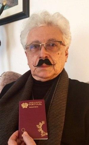 Agnaldo Silva mostra seu passaporte