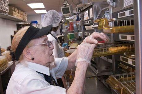 Resultado de imagem para idosos trabalhando