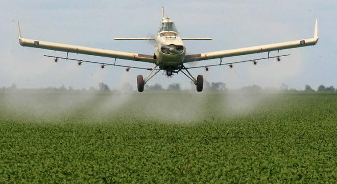 A pulverização aérea de agrotóxicos é apontada como a principal causadora dos problemas relacionados aos pesticidas