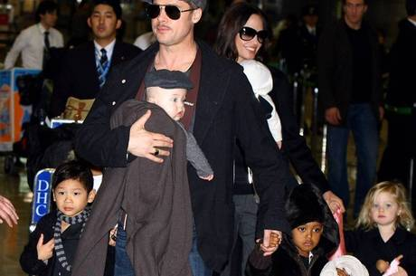 Pitt e Jolie em foto antiga com a família