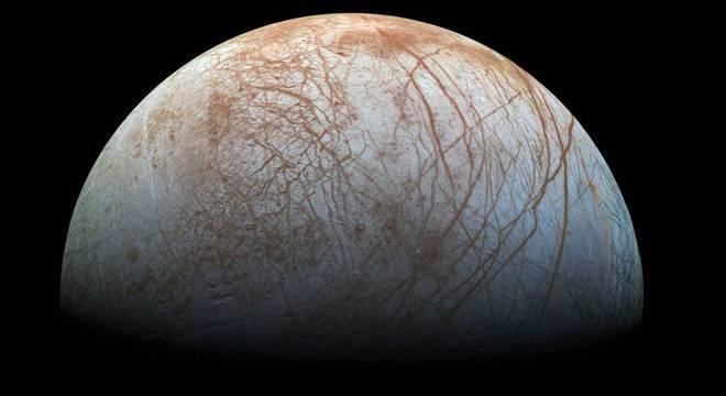 A lua Europa, de Júpiter: temperatura sempre abaixo de -160 ºC na superfície