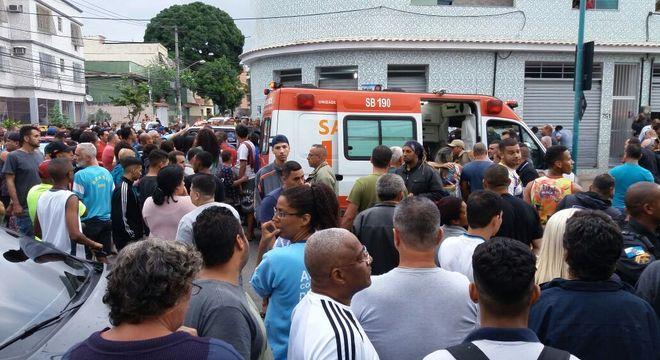 Moradores se concentram na região onde ocorreu o assassinato de Marcos Falcon