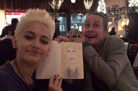 Paris Jackson e Macaulay Culkin em encontro em restaurante