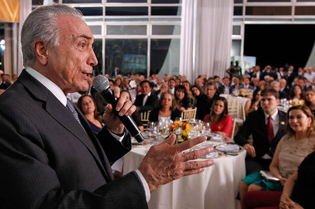 """Temer disse aos deputados da base que meta é """"salvar o Brasil"""""""