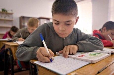 Criança com dislexia não desenvolve a leitura na mesma velocidade que os outros colegas