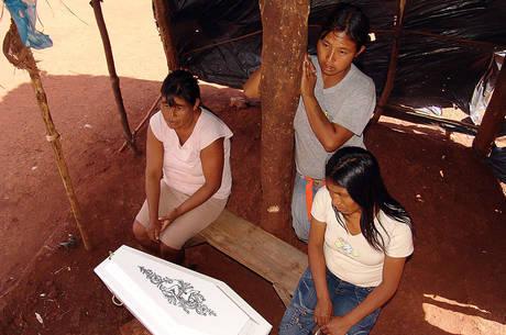 Familiares lamentam a morte de pequeno guarani-kaiowá, vítima da desnutrição, em Dourados (MS)