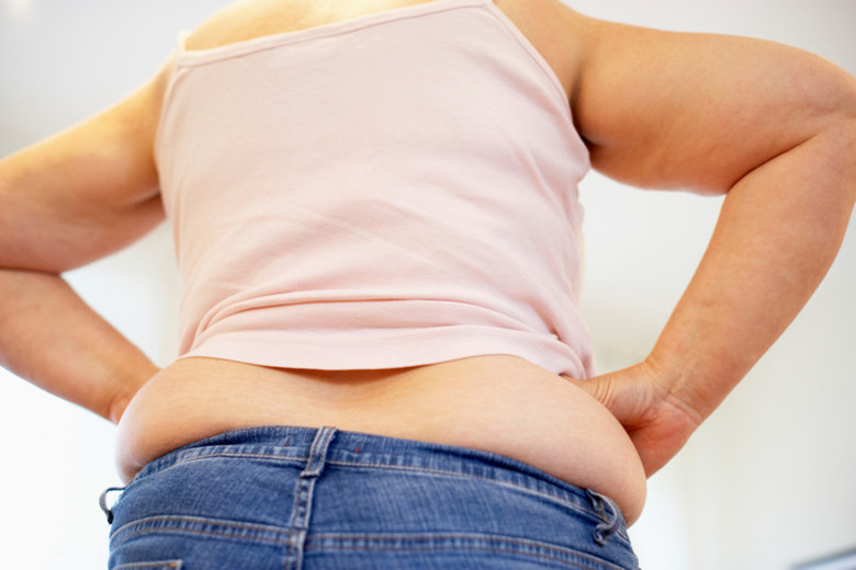 A obesidade pode desencadear a incontinência urinária. VERDADE Inúmeros estudos indicam que A incidência de perda urinária aumente cerca de 10% para cada 1Kg por m² de aumento no IMC. Por isso, a obesidade é um fator de risco para o problema, e a perda de peso pode ajudar no controle urinário